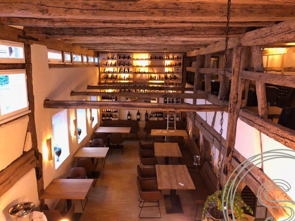 Italiaans restaurant ingericht met tafels en stoelen