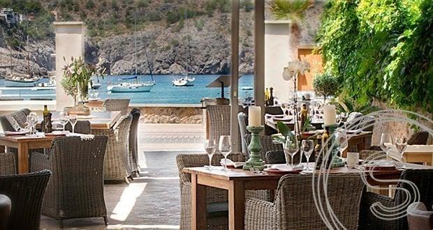 Tafels en stoelen voor restaurant Sa Barca Mallorca