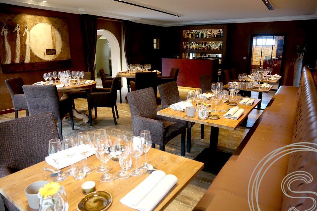 Ronde tafels voor exclusief Belgisch restaurant